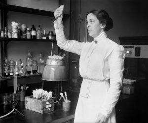 """ALICE CATHERINE EVANS Nació en una granja de Pensilvania el 29/01/1881 y murió en Virginia el 05/09/1975. Se dedicaba a la enseñanza dentro de la zona rural de Neath, su lugar natal. Asistió en 1901 como oyente en la Universidad de Cornell en Nueva York. Por sus excelentes aptitudes consiguió una beca y en 1909 fue la primera mujer en graduarse en Bacteriología. Un año después optó a un puesto en el Departamento de Agricultura de los Estados Unidos donde estaba realizando análisis bacteriológicos en leche y queso. Por aquel entonces, se estaba contagiando la enfermedad que se llamó """"la fiebre de Malta"""" y se había identificado que la bacteria provenía de la leche. Alice Evans descubrió el mecanismo de contagio de esta enfermedad a la que se llamó Brucelosis. Además, tras su investigación constató que, pasteurizando la leche, la enfermedad desaparecía."""