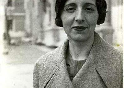 """Nacida en Málaga el 22 de abril en 1904, falleció el 6 de febrero del 1991. Perteneciente a """"Las Sinsombrero"""". Fue una pensadora, filósofa y ensayista española. Tiene una extensa obra, altamente comprometida con el pueblo. Galardonada en su ancianidad tras años de no ser reconocida públicamente."""