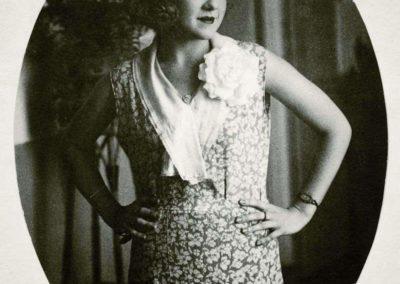 """Nacida en 1907 en Las Palmas de Gran Canaria y fallecida el 12 de Julio de 2002 en Madrid. Vinculada a """"Las Sinsombrero"""". Se dedicó tanto a su creación literaria, como poetisa y novelista, como a una carrera artística de cantante lírica y actriz."""