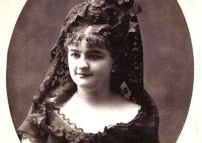 Nacida el 16 de Septiembre de 1851 en La Coruña y fallecida el 12 de Mayo de 1921 en Madrid Fue noble, con el título de Condesa, y una gran precursora en sus ideas de derecho de las mujeres y el feminismo, dedicando gran parte de su vida a esta labor. A parte de esto fue una gran novelista, periodista, traductora y editora.