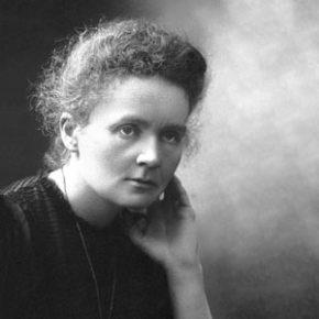 MARIE CURIE Nació como Marya Sklodowski el 07/11/1867 en Varsovia, Polonia y murió el 04/07/1934 en Passy, Francia. Primera mujer en recibir un Premio Nobel de Física en 1903, compartido con su marido Pierre y Henri Becquerel y otro de Química en 1911. Obtuvo la licenciatura en Física en 1893 y un año después consiguió una licenciatura en Matemáticas. Aprovechando los descubrimientos de los Rayos X, y de que los minerales tenían uranio y emitían rayos, Marie Curie se basó en esto para continuar su investigación y descubrió lo que llamó radioactividad. También descubrió dos nuevos elementos con propiedades radioactivas: polonio y radio. Ella y su marido también fueron los descubridores de la radioterapia y del peso atómico del radio. Fue este mismo elemento el que les causó a su marido y a ella la muerte.