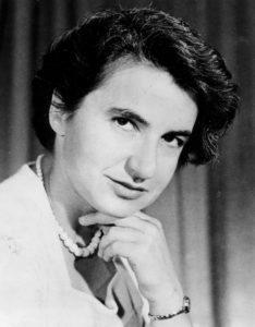 ROSALIND FRANKLIN Nació el 25/07/1920 en Notthing Hill, Reino Unido y murió de cáncer en Chelsea el 16/04/1956. Estudió Química y Física en el Newnham College un lugar de la Universidad de Cambridge que fue el segundo en admitir mujeres y se graduó en 1941. En 1947 viajó a París, donde aprendió la técnica de difracción de Rayos X y se convirtió en una experta. En 1951 volvió a Londres y consiguió plaza en el King's College, donde no fue bien tratada por sus colegas varones. Mejoró el aparato con el que se hacían imágenes del ADN y obtuvo las mejores fotografías que se habían hecho hasta entonces. Watson, Crick y Wilkins se aprovecharon las imágenes de Franklin sin su permiso para publicar un trabajo sobre la estructura del ADN. Llevándose en 1962 un Premio Nobel por ello. Franklin murió en 1956 de cáncer de ovario posiblemente por su exposición a los Rayos X.